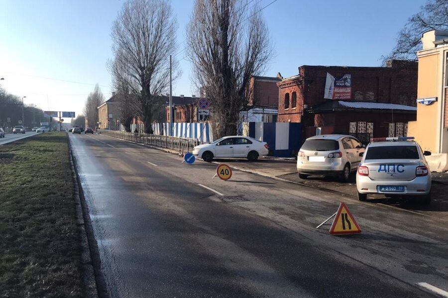 В Калининграде водитель мопеда без шлема и прав врезался в «Шкоду»