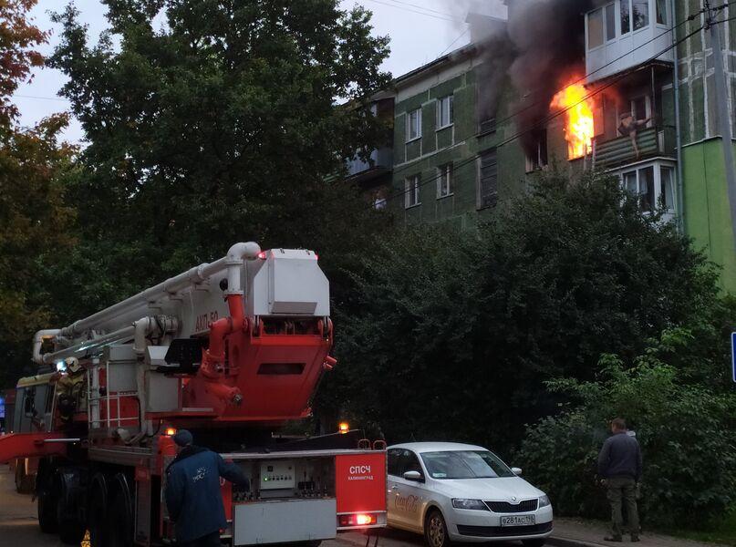 Из-за пожара в доме на ул. Севастьянова в Калининграде эвакуировали 27 человек (видео)
