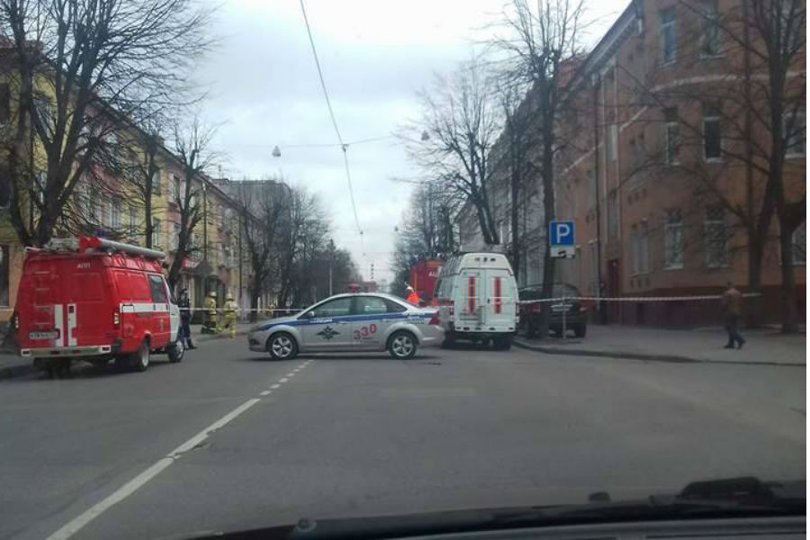 Свидетели: вКалининграде оцепили строение Института экономики из-за подозрительного пакета