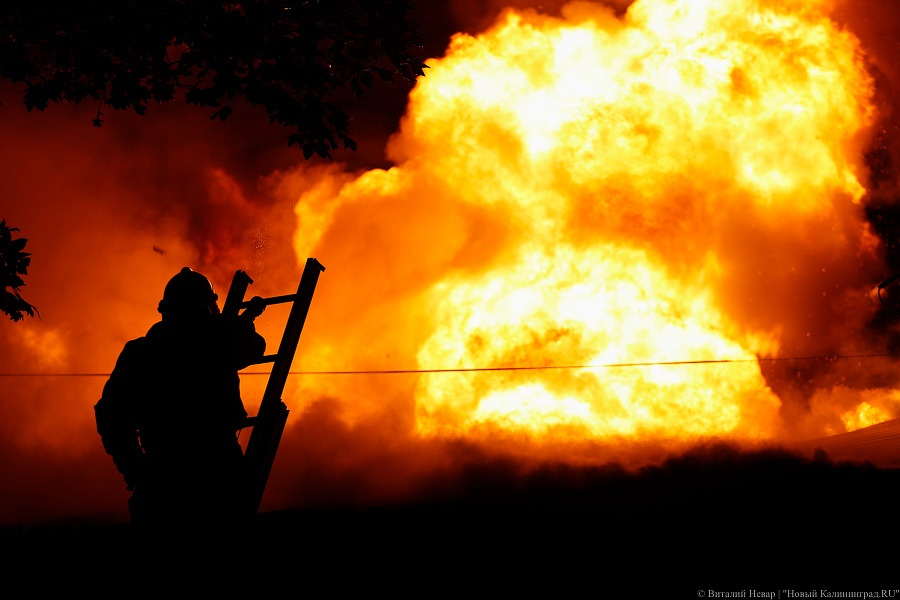ВКалининграде 38 человек тушили пожар вгостевом доме «Адмирал»
