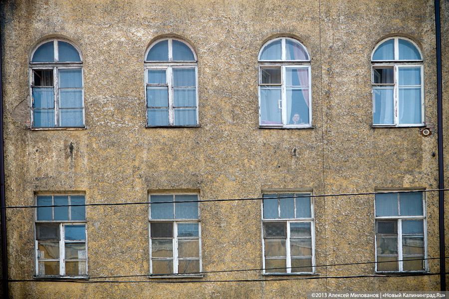 ВКалининграде правоохранители обнаружили труп женщины вквартире выпавшего изокна мужчины