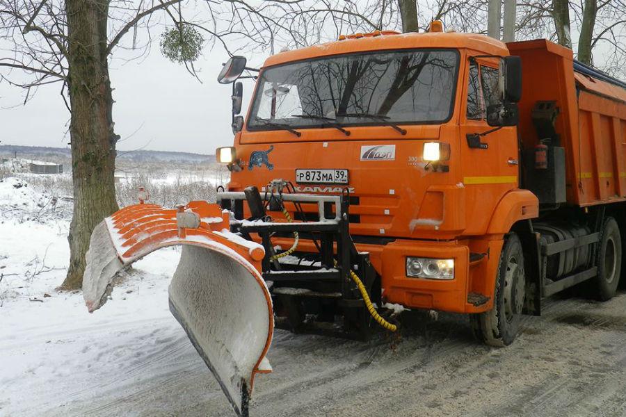 ВКалининградской области снег иметели: дорожники работают вкруглосуточном режиме